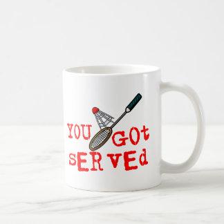 Usted consiguió bádminton servido tazas de café