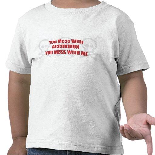 Usted ensucia con el acordeón que usted ensucia camisetas