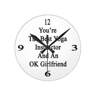Usted es el mejor instructor de la yoga y un reloj redondo mediano