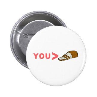 Usted es mayor que el pan cortado divertido pin redondo de 2 pulgadas