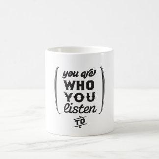 Usted es quién usted escucha taza clásica