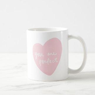 Usted es rosa blanco adaptable de la acuarela taza clásica