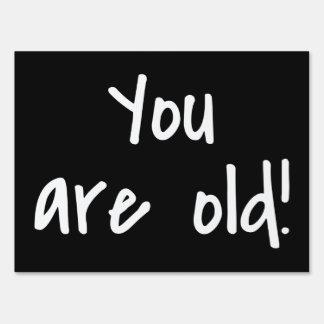 Usted es vieja broma negra del cumpleaños señal