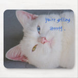 Usted está consiguiendo gato soñoliento, blanco, v tapete de raton