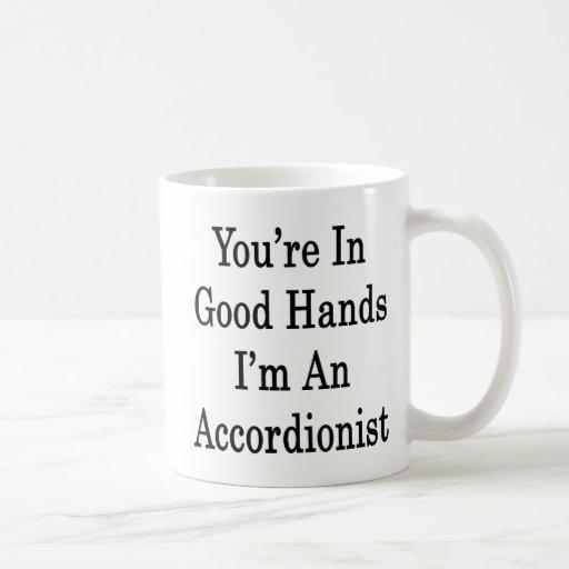 Usted está en buenas manos que soy acordeonista taza básica blanca