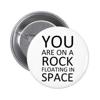 Usted está en una roca que flota en espacio pin redondo de 2 pulgadas
