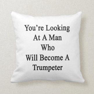 Usted está mirando a un hombre que haga un almohadas