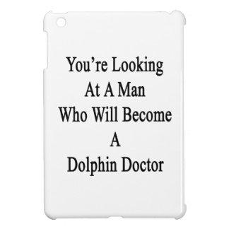 Usted está mirando a un hombre que haga un delfín