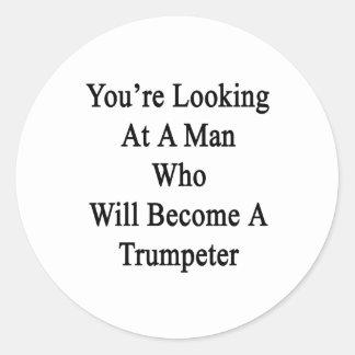 Usted está mirando a un hombre que haga un pegatinas redondas