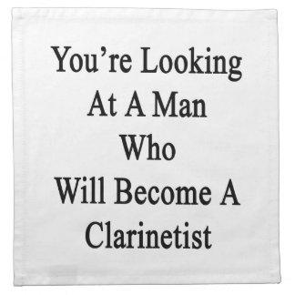 Usted está mirando a un hombre que haga un servilleta de papel