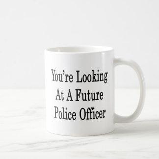 Usted está mirando a un oficial de policía futuro taza básica blanca
