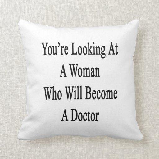 Usted está mirando a una mujer que haga doctor almohada