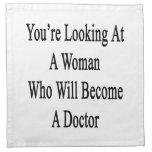 Usted está mirando a una mujer que haga doctor servilleta de papel