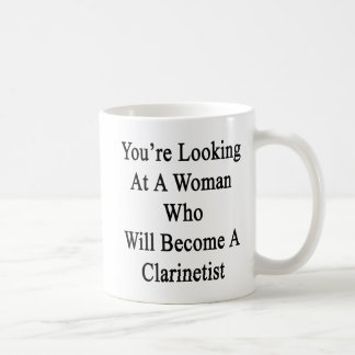 Usted está mirando a una mujer que haga un Clarin Taza Básica Blanca