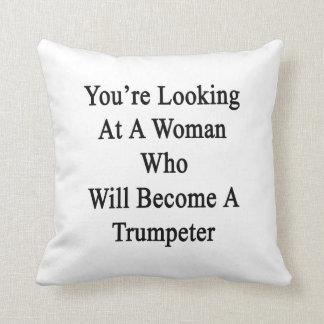 Usted está mirando a una mujer que haga un Trumpe Almohadas