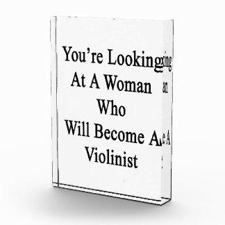 Usted está mirando a una mujer que haga un violín