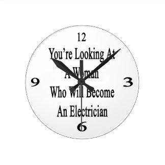 Usted está mirando a una mujer que haga una reloj redondo mediano