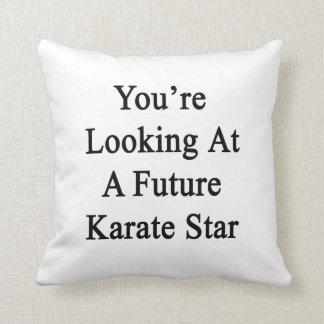 Usted está mirando una estrella futura del karate cojín
