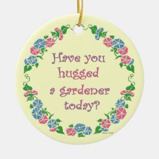 ¿Usted ha abrazado a un jardinero hoy? Adorno Navideño Redondo De Cerámica