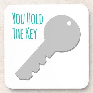 Usted lleva a cabo la llave posavasos de bebida