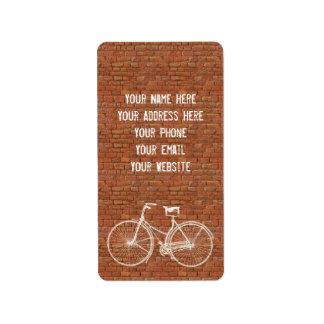 Usted más la bicicleta iguala ladrillos rojos anti etiqueta de dirección