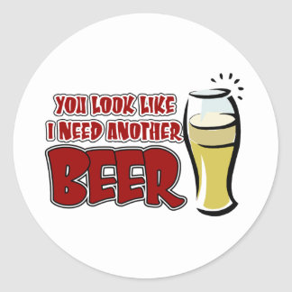 Usted mira como necesito otra cerveza pegatina redonda