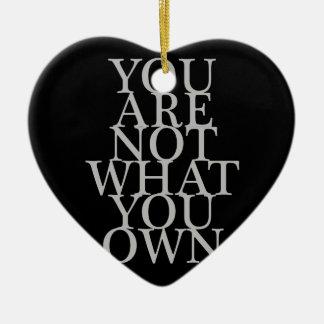 Usted no es lo que usted posee adorno navideño de cerámica en forma de corazón