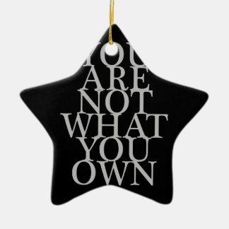 Usted no es lo que usted posee adorno navideño de cerámica en forma de estrella