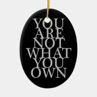 Usted no es lo que usted posee adorno navideño ovalado de cerámica