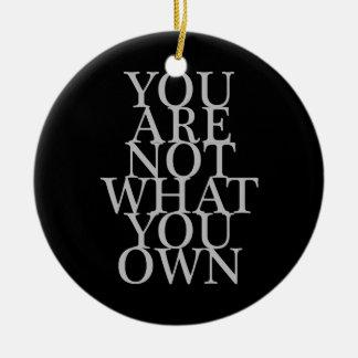 Usted no es lo que usted posee adorno navideño redondo de cerámica