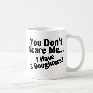 Usted no me asusta que tengo 5 hijas taza clásica