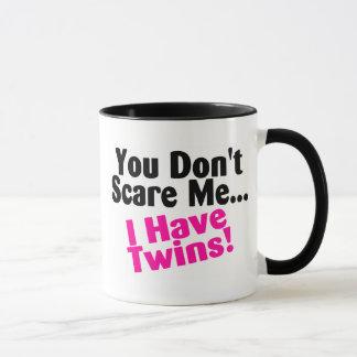 Usted no me asusta que tengo chicas de los gemelos taza