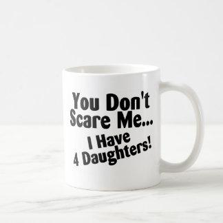Usted no me asusta que tengo cuatro hijas tazas