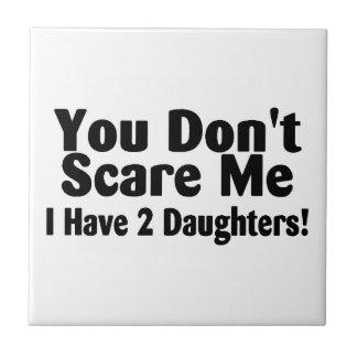 Usted no me asusta que tengo dos hijas azulejo cuadrado pequeño