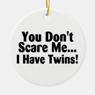 Usted no me asusta que tengo gemelos adorno navideño redondo de cerámica