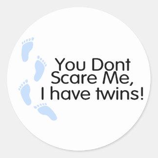 Usted no me asusta que tengo gemelos (azules) pegatina redonda