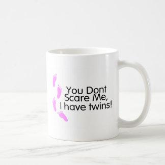Usted no me asusta que tengo gemelos (el rosa) taza de café