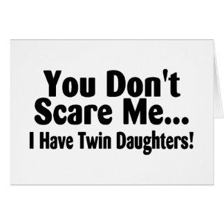 Usted no me asusta que tengo hijas gemelas tarjeta de felicitación