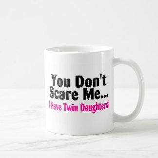 Usted no me asusta que tengo hijas gemelas taza de café