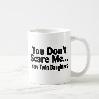 Usted no me asusta que tengo hijas gemelas tazas de café