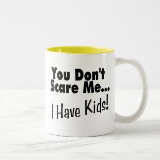 Usted no me asusta que tengo niños el negro taza