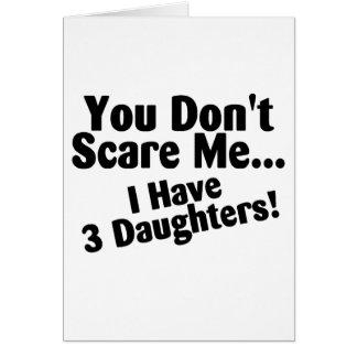 Usted no me asusta que tengo tres hijas tarjeta de felicitación