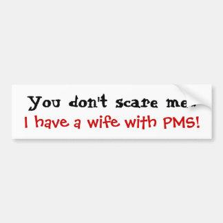 Usted no me asusta que tengo una esposa con PMS Etiqueta De Parachoque