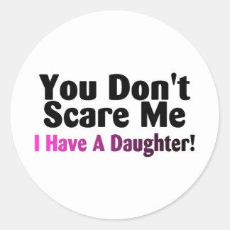 Usted no me asusta que tengo una hija pegatina redonda
