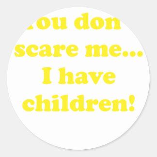 Usted no me asusta… Tengo niños Pegatina Redonda