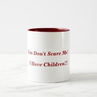 ¡Usted no me asusta! ¡, Tengo niños!!! Taza Dos Tonos