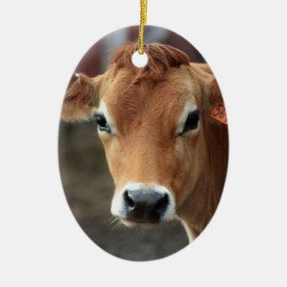 Usted no me piensa es vaca bonita del jersey adorno navideño ovalado de cerámica