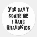 Usted no puede asustarme que tengo Grandkids Pegatina Redonda