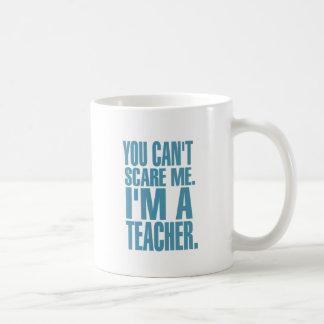 Usted no puede asustarme. Soy profesor (azul) Taza Clásica