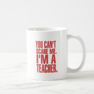 Usted no puede asustarme. Soy profesor (rojo) Taza Clásica